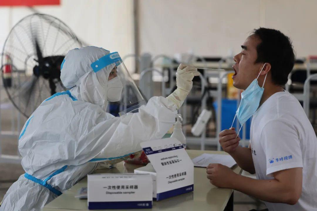 鼓楼区进口货物从业人员每3天进行一次核酸检测,寄递物流和外卖从业人员每7天进行一次核酸检测。通讯员 吴茜茜 南报融媒体记者 徐琦 摄