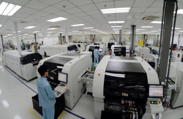 江宁经济技术开发区智能电网产业园的南京国电南自自动化有限公司现代化厂房内,工作人员正在加紧生产。南报融媒体记者 崔晓 摄