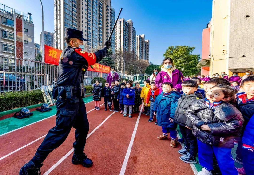 南京铁路公安处特警支队以及南京南站派出所民警走进幼儿园,进行安全宣传教育,增强孩子们的交通安全意识和自我保护意识。通讯员 徐成 南报融媒体记者 段仁虎摄