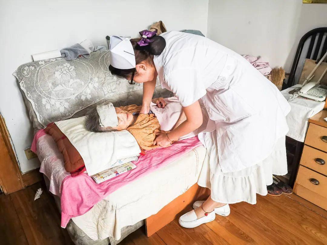 护士上门为老人进行专业护理。市民政局供图