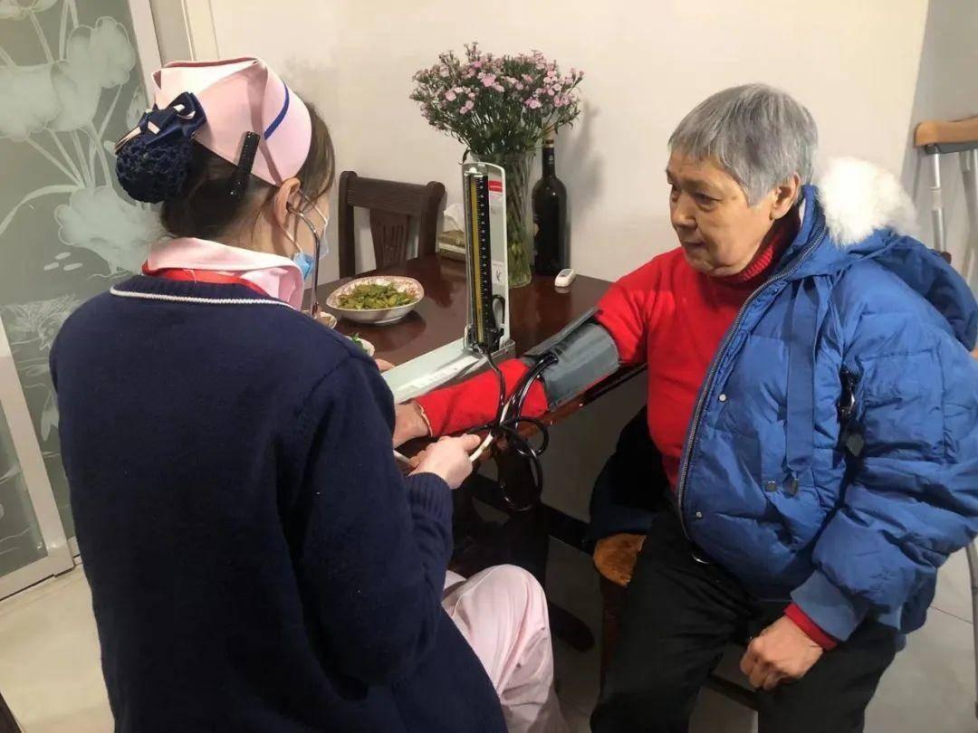 护士正在为肖奶奶量血压。市民政局供图