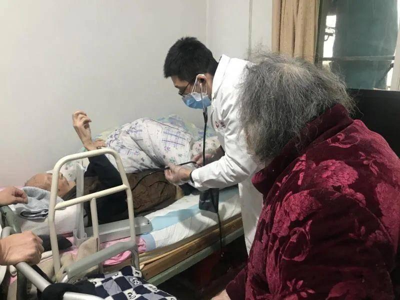 家庭养老服务一方面让老人在家也能享受专业照护服务,另一方面也实现了居家服务中心和养老机构的良性合作。市民政局供图