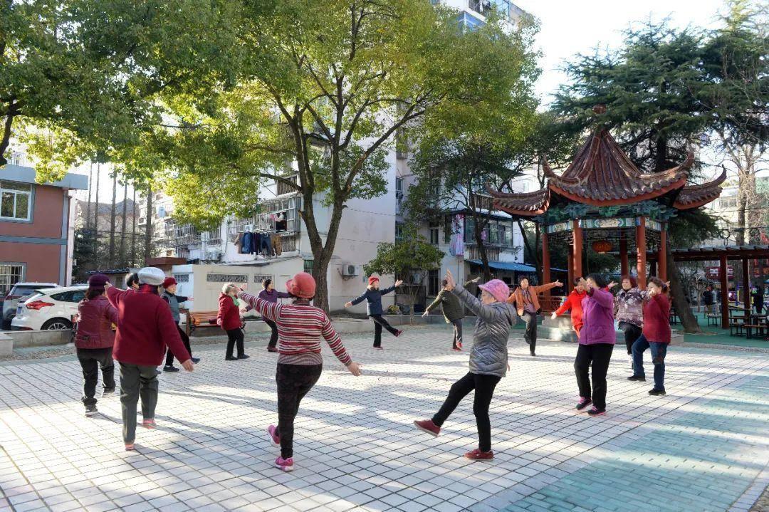 玄武区锁金三村的社区广场上,正在运动锻炼的老人们。通讯员 黄梅 南报融媒体记者 杜文双 摄