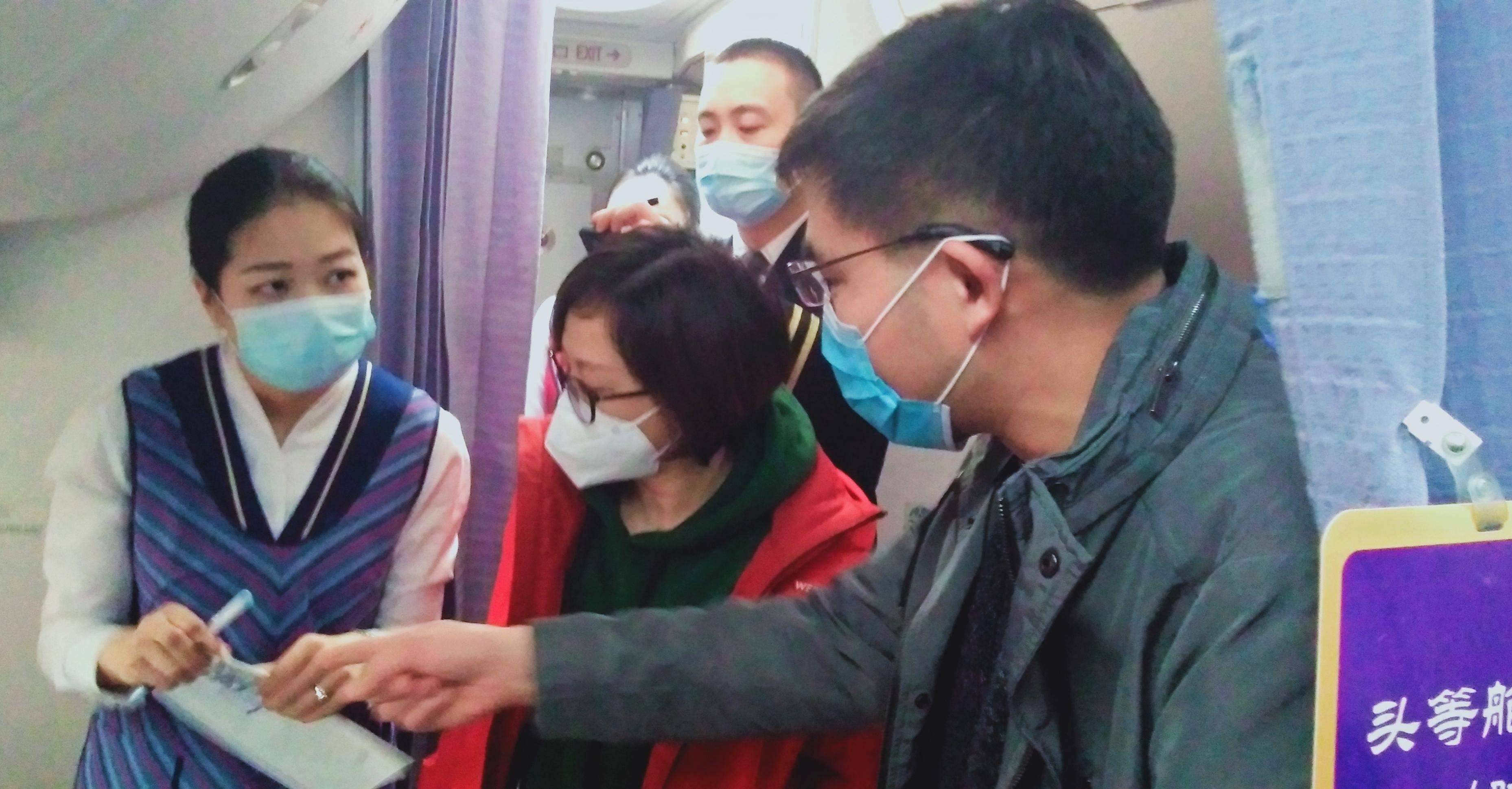 中大医院援疆医生张云霞(左二)正在指导用药