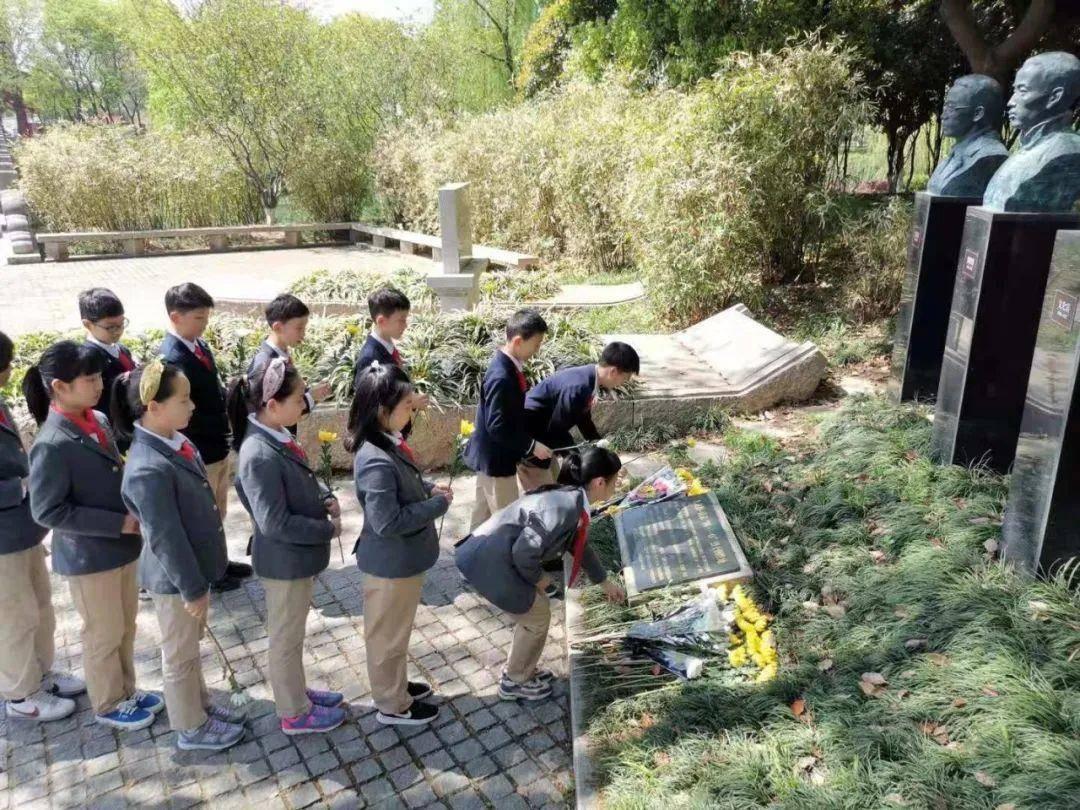 少先队员给烈士敬献鲜花。南报融媒体记者 李有明摄