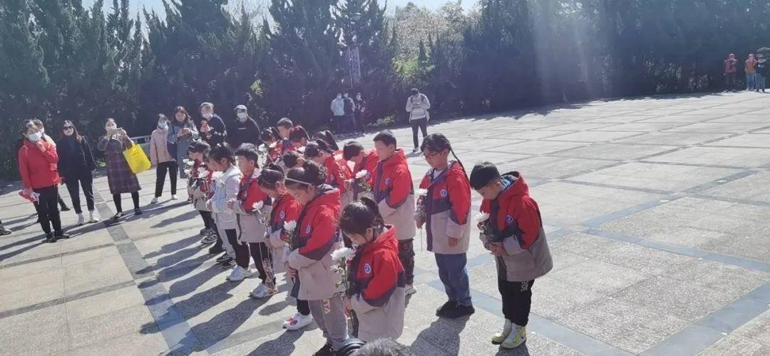学生们在纪念碑前默哀。通讯员 严要坤 俞晓露摄