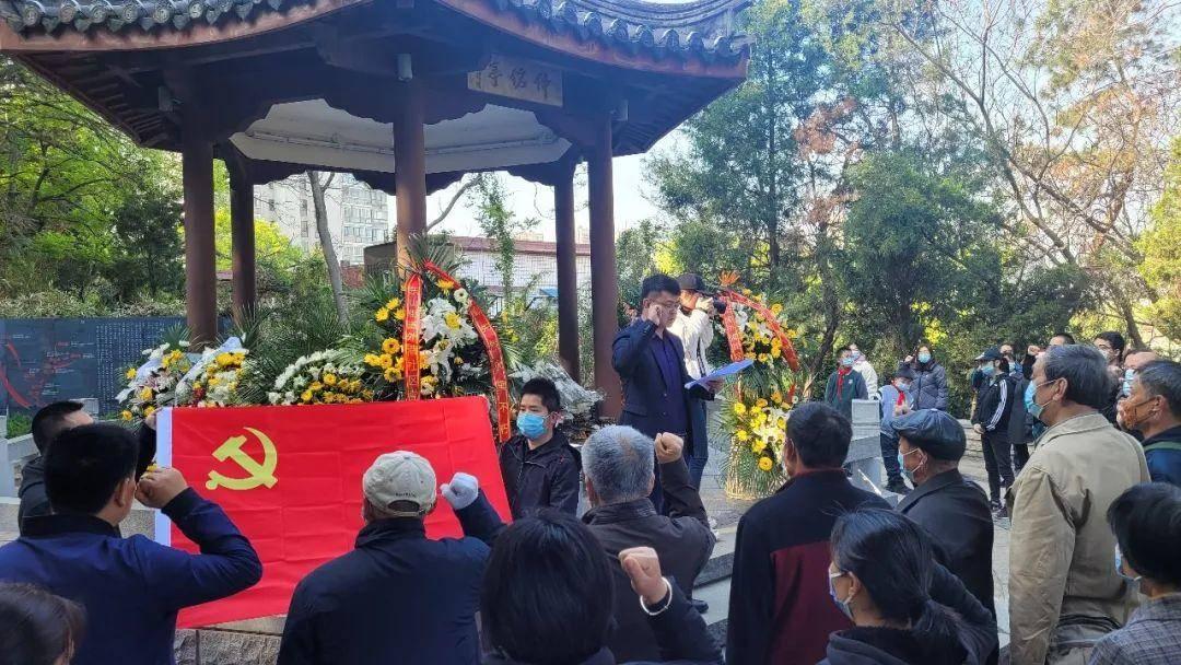 外港社区党员代表在亭前重温入党誓词。南报融媒体记者 王怀艳摄