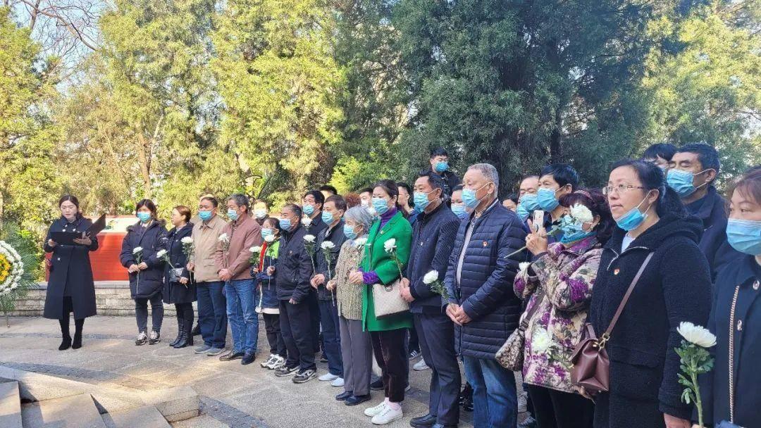 岔路社区党员、群众在诗歌朗诵中缅怀英烈。南报融媒体记者  王怀艳摄