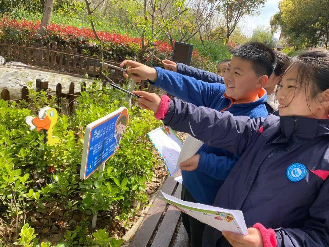 學生們在實踐園體驗科學與自然的聯系。圖源:南理工實小