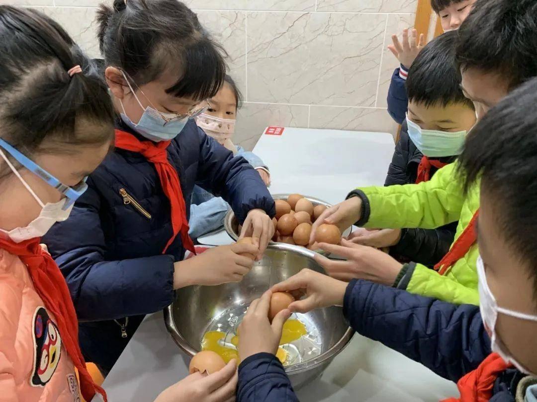 學生在食堂里幫忙。校方供圖