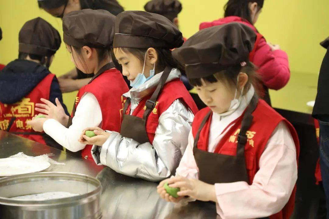 孩子們在老師指導下親手制作青團。圖源:南京金陵高等職業技術學校