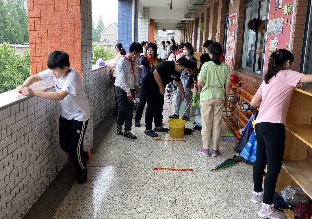 學生在認真打掃校園衛生。圖源:瑞小e校園