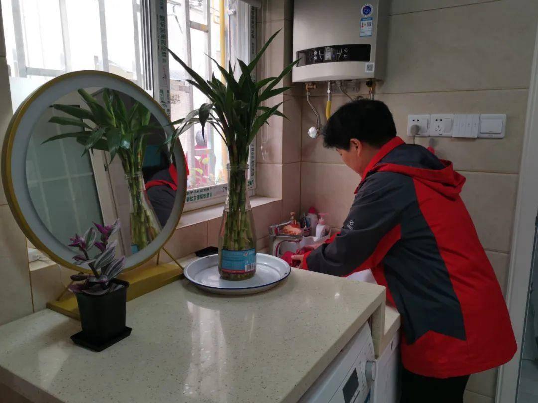 樹德坊1-22號危房治理后,居民周桂英在新增的室內水池前做家務。南報融媒體記者 馬金攝