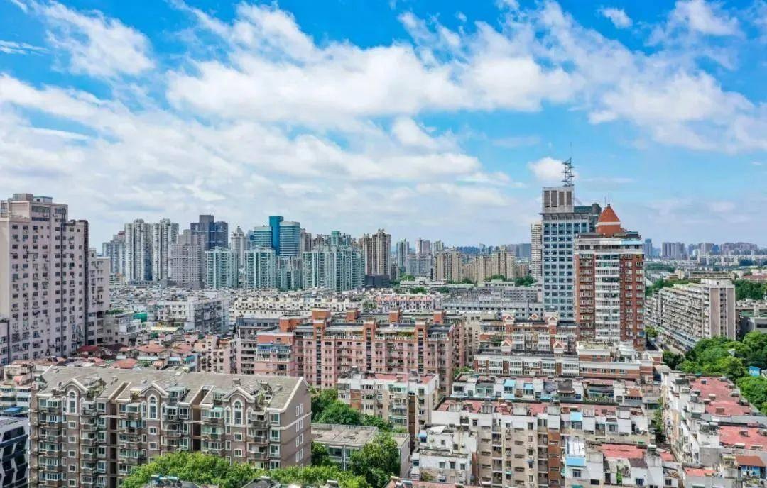 南京2021年一季度已完整治理15幢在冊危房。圖為航拍南京城。南報融媒體記者 董家訓攝