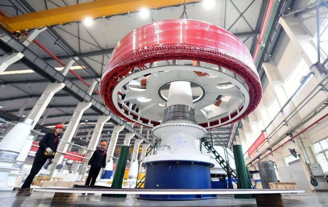 江寧高新區的南京汽輪電機長風新能源股份有限公司內,工人正在加緊組裝直驅風力發電機。南報融媒體記者 馮芃攝