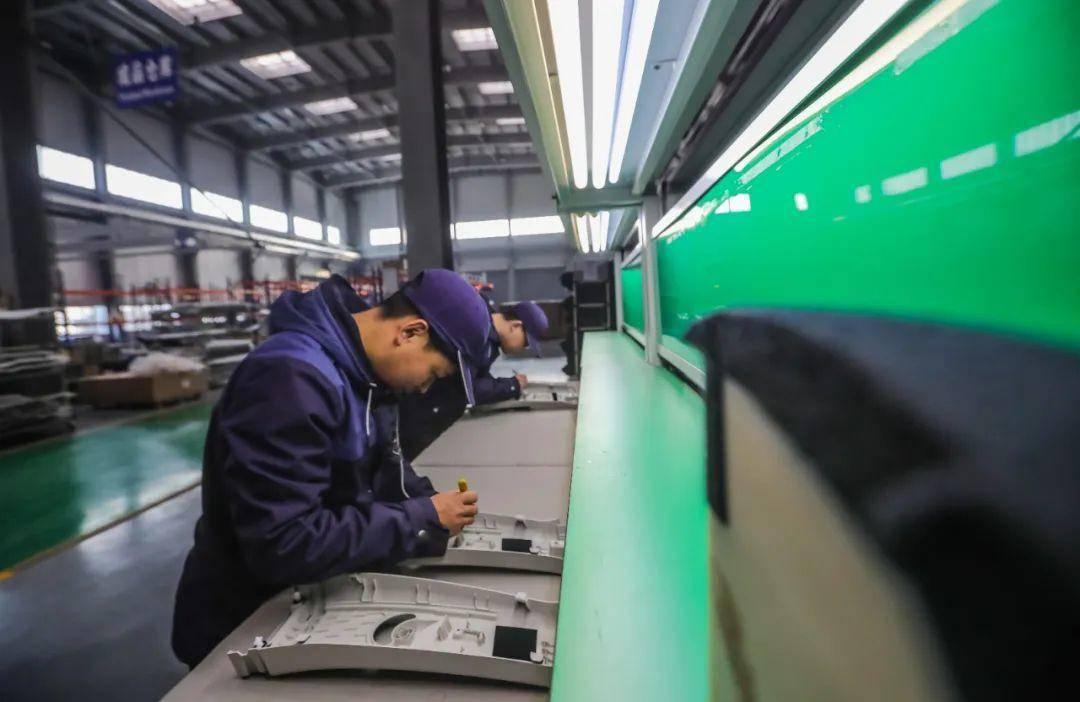 六合開發區凱勒(南京)新材料科技有限公司車間內工作人員在全新生產線抓緊生產汽車新材料。據了解,該公司已累計形成18項各類發明或實用新型專利,并取得國家高新技術企業認定。 通訊員 張陽 南報融媒體記者 董家訓 攝