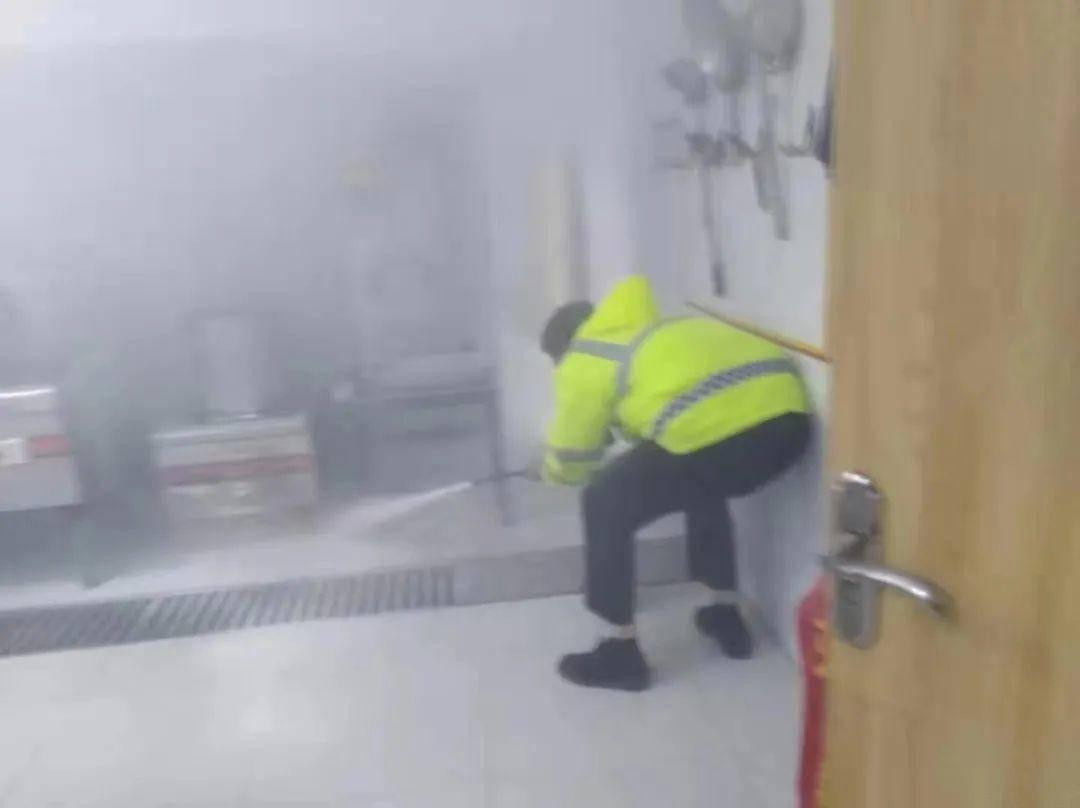 4月4日晚,救火現場。警方供圖