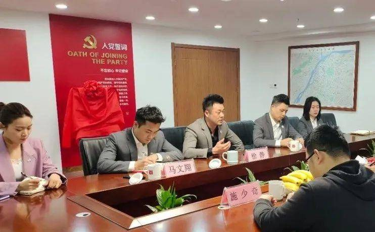 馬文翔(左二)在本科畢業后,選擇了保安員的工作。江蘇民樂保安服務有限公司供圖