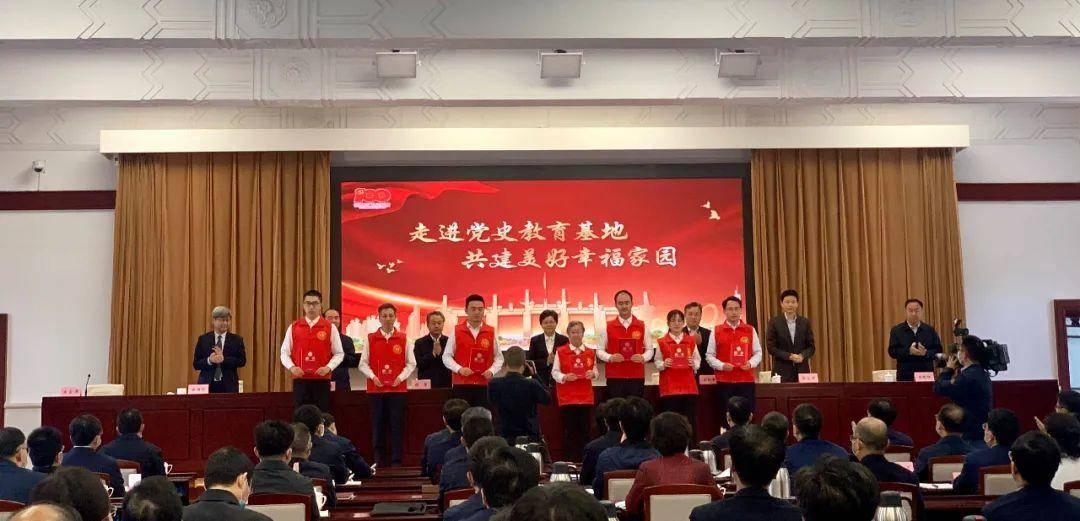 现场为南京红色文化志愿者联盟志愿者代表颁发聘书。南报融媒体记者 徐琦摄