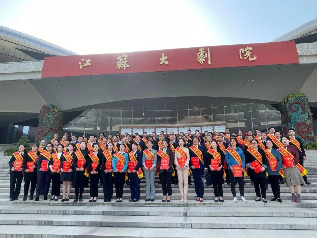 南京市新当选的省劳模和先进工作者合影。