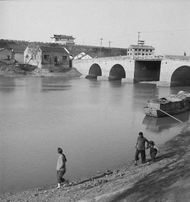 民国时期九龙桥及通济门。受访者供图