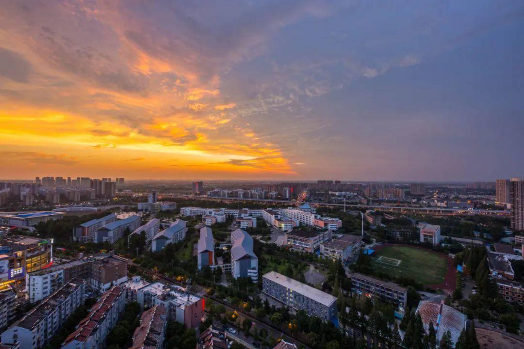 落日余晖下的大厂。图源:视觉中国