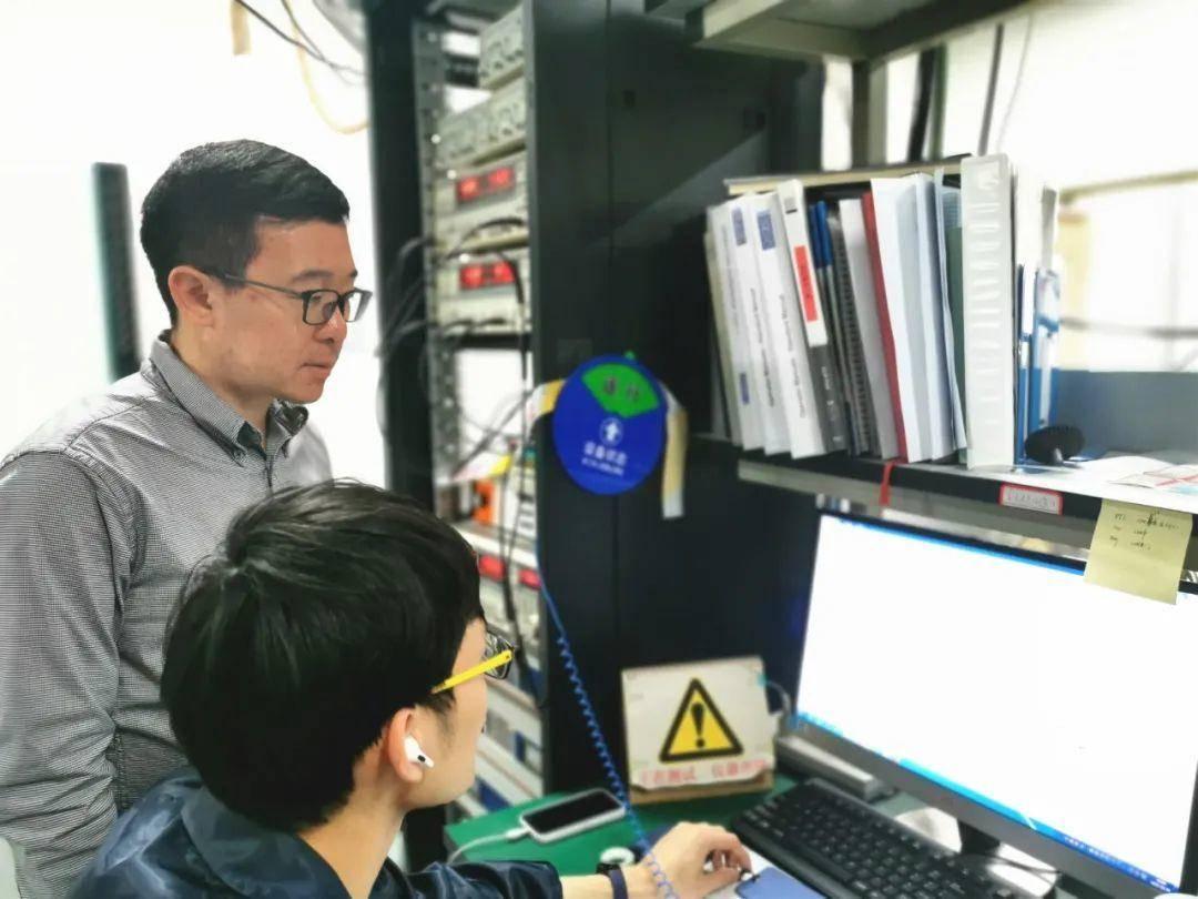 缪峰(左)指导学生实验。南报融媒体记者 许琴摄