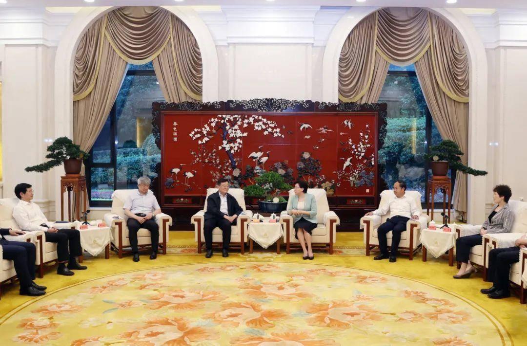 市領導與出席第四屆全國青年企業家峰會的部分企業家交流。南報融媒體記者 崔曉 攝