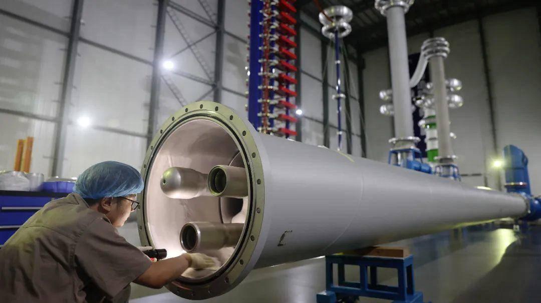 江苏安靠智能输电工程科技有限公司1100kV特高压输电试验大厅产品测试。南报融媒体记者 崔晓 摄