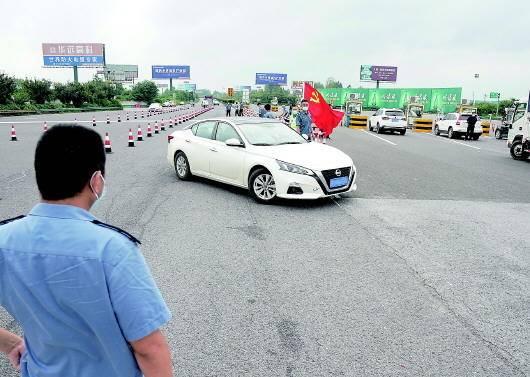 7月25日,在宁洛高速公路曹庄收费站,一辆汽车被劝返。图片均由新华社记者季春鹏摄
