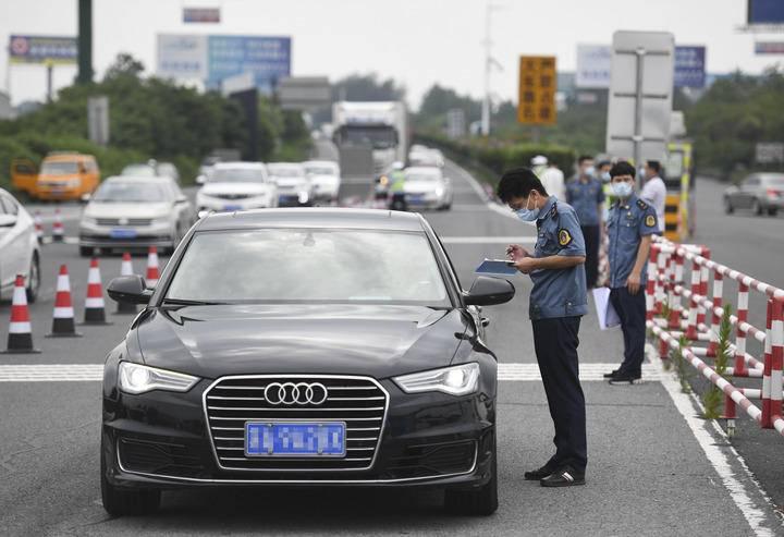 7月25日,在宁洛高速公路曹庄收费站,执法人员在查验离城车辆驾乘人员核酸证明及健康码。