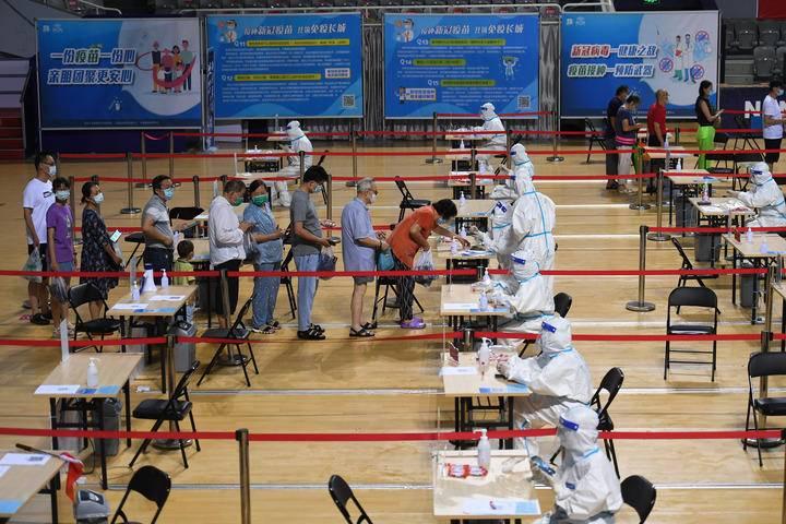 7月25日,市民在南京市鼓楼区五台山体育中心体育馆内登记信息,准备接受核酸检测取样。