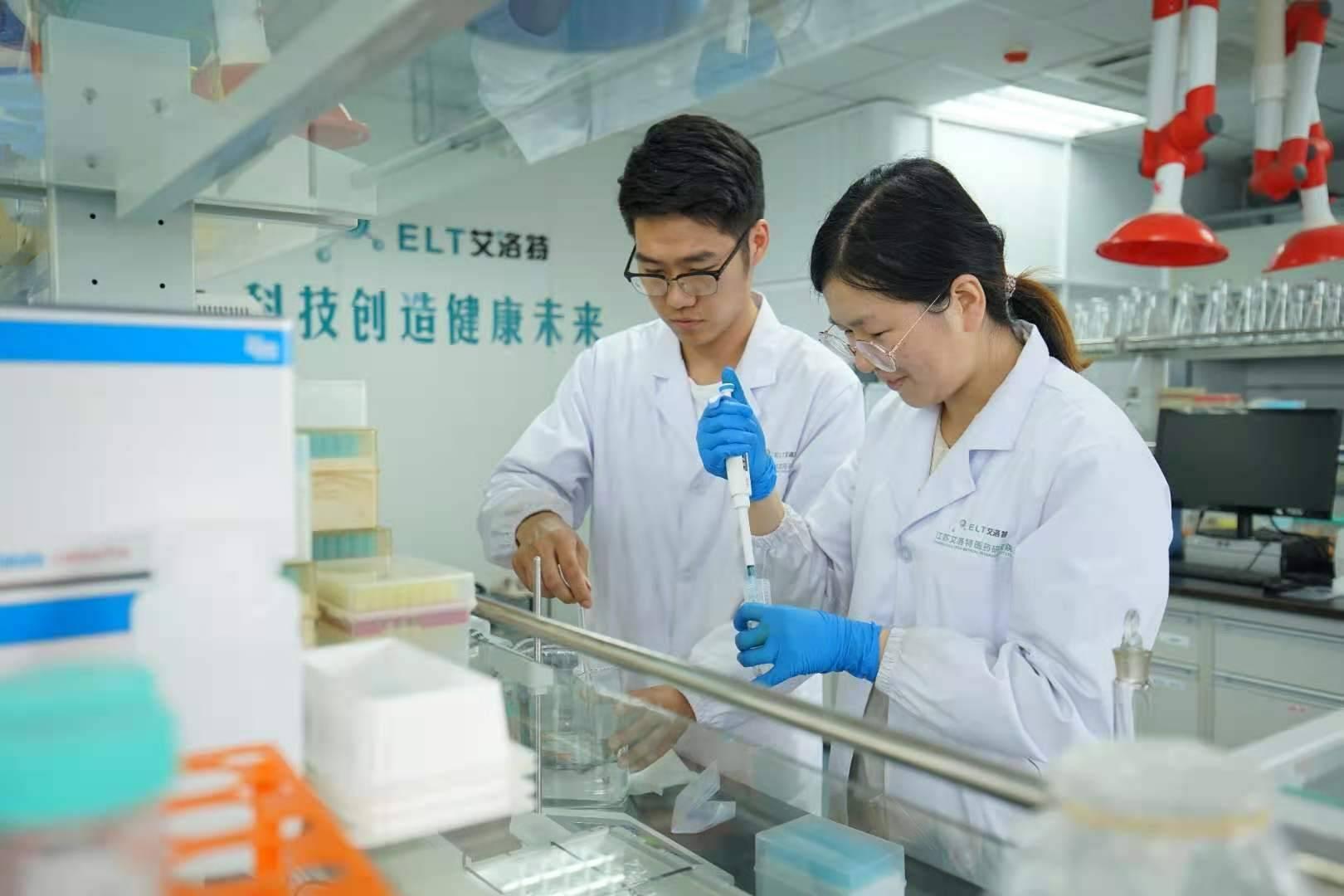 江苏艾洛特医药研究院里,工作人员正在做测试。南报融媒体记者 毛庆摄
