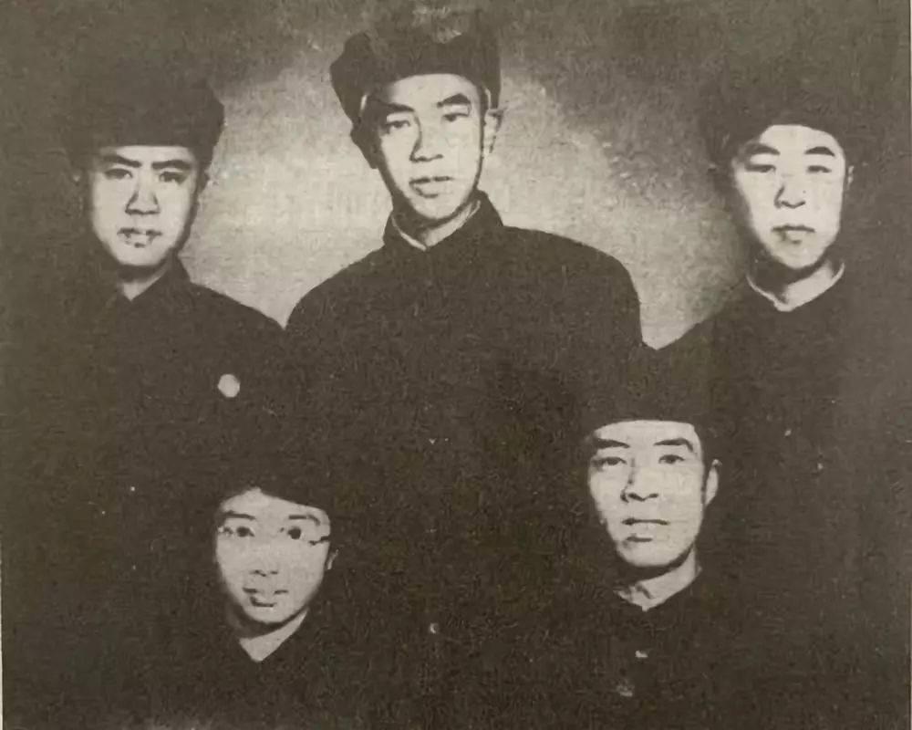家庭黨支部成員。前排右起:大哥王嘉謨、大嫂傅積嘉;后排右一:三弟王嘉訓、右二:四弟王嘉言。  圖片由南京市委黨史辦提供