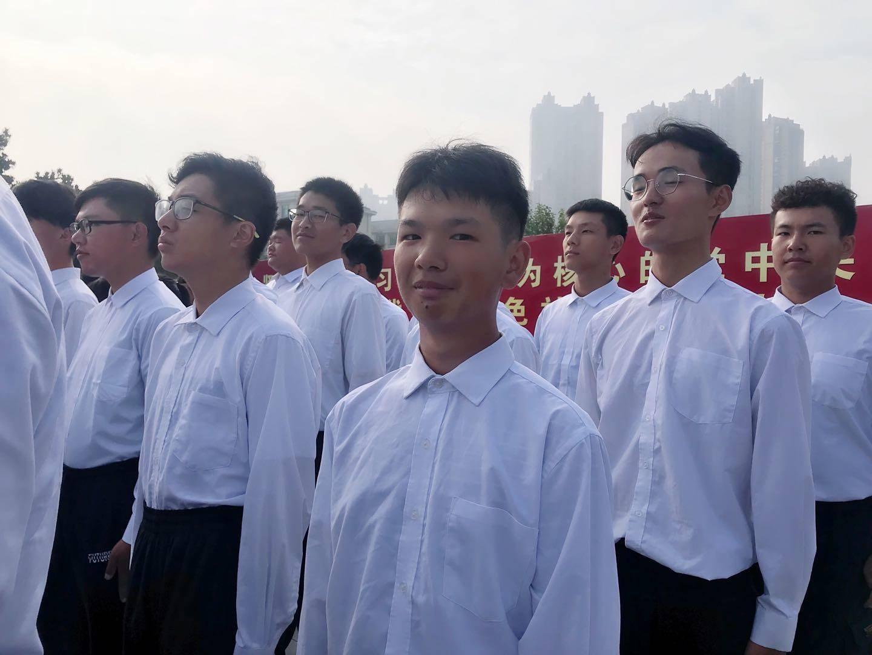 一早就来到现场等待升旗的大学新生。紫金山记者钱建芬 摄
