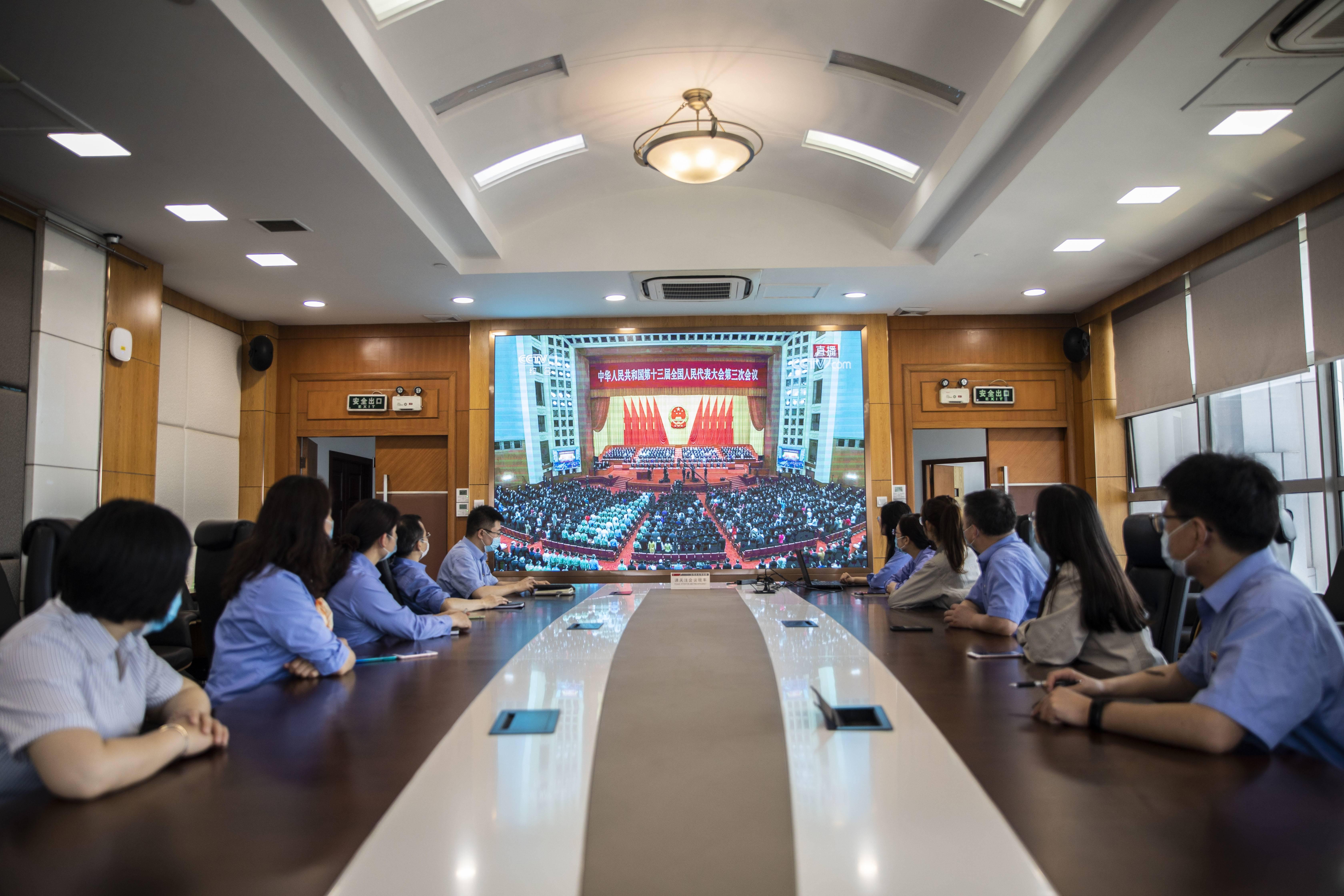 南钢员工观看人大会议开幕会。通讯员 葛飞 南报融媒体记者 姚强  董家训摄