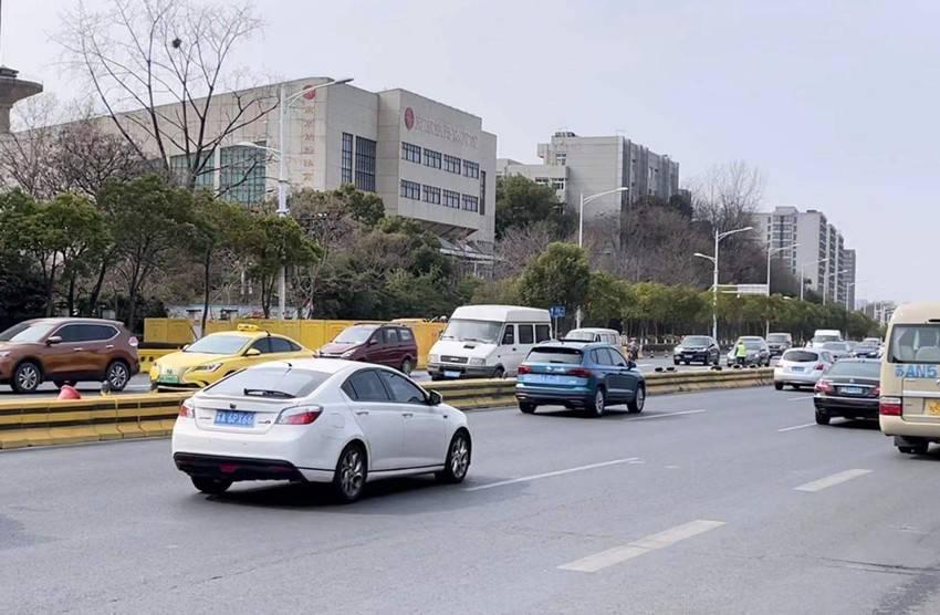 施工期间,玄武大道保持双向8车道通行。