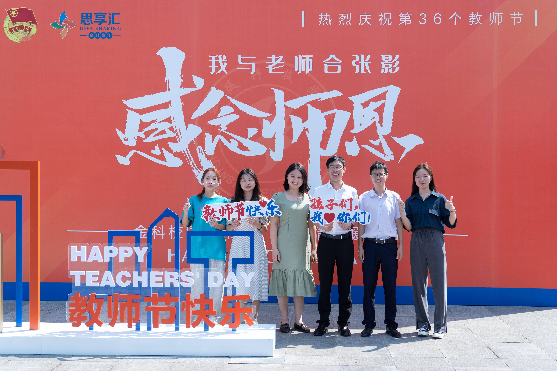 材料工程学院学生科技创新团队(中国可再生能源学会大学生优秀科技作品竞赛团体二等奖)与指导老师王威、胡颖飞、汪园园合影